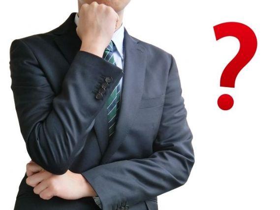 警備員のアルバイトと正社員の違いについて考えるビジネスマン