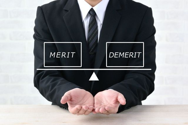 警備員として働くメリットとデメリットを天秤で比較するビジネスマン